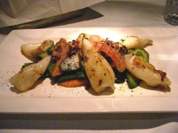 Calamari alla griglia, gamberi marinati al lime e zenzero e verdure croccanti